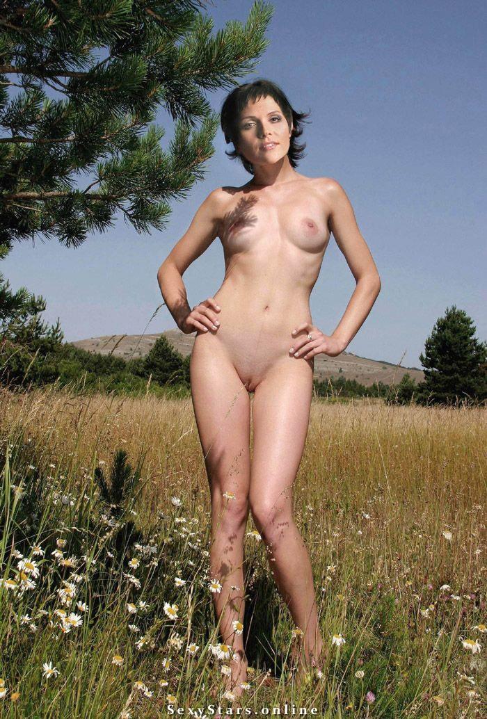 голая и сексуальная чернобровина